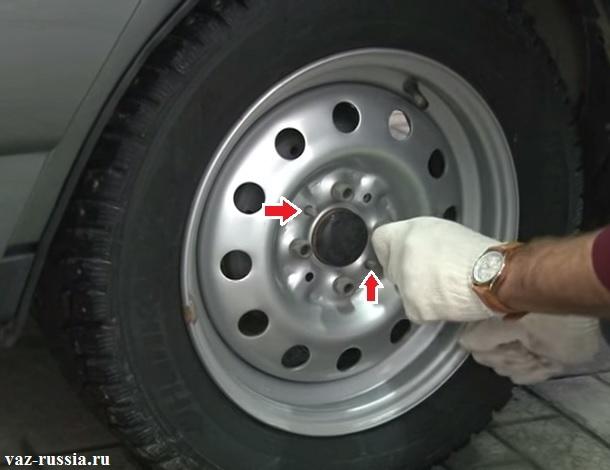 Стрелками указаны направляющие штифты на которые должно устанавливаться колесо автомобиля