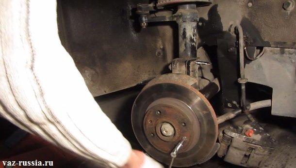 Выворачивание обоих направляющих штифтов крепящих диск