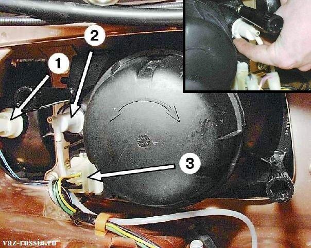 Стрелкой 2 указан гидро-корректор фар который подсоединён на фото к левой фаре
