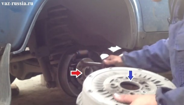 Красной стрелкой указан фланец полуоси, а синей посадочная поверхность которой барабан устанавливается на фланец полуоси