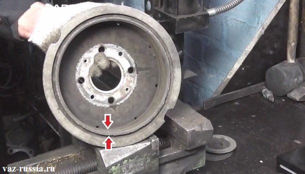 Двумя стрелками выдела рабочая поверхность барабана которая идёт по всей его окружности