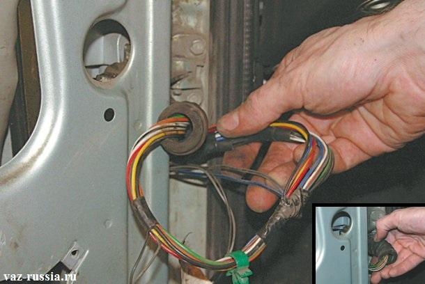 Снятие жгута проводов мото-редуктора и электро-стеклоподъёмника