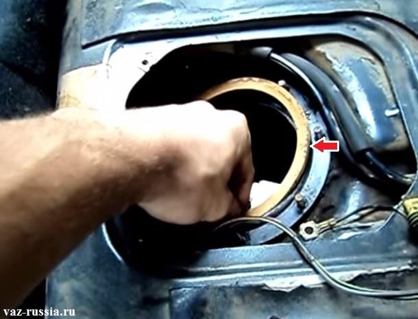 Резиновое уплотнительное кольцо которое необходимо снять и посмотреть на его изношенность, по возможности заменить его на новое