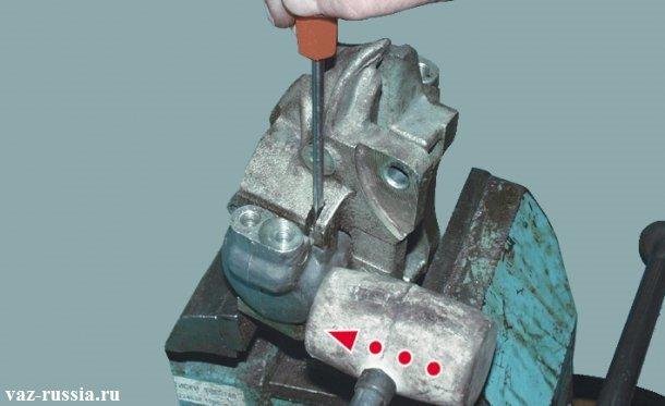 Нажатие на фиксатор и выбивание цилиндра при помощи резинового молотка