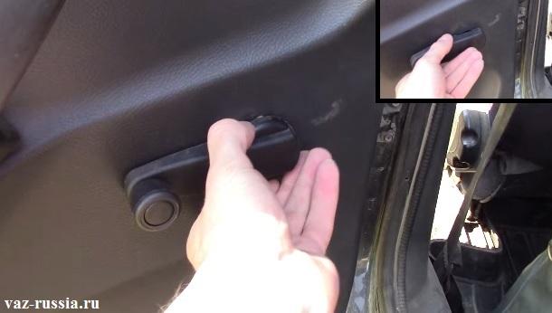 Сдвигание облицовки ручки стекла и снятие самой ручки с обшивки автомобиля