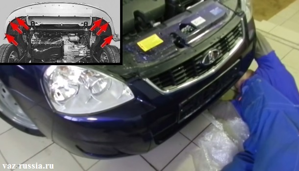 Выворачивание при помощи отвёртки боковых винтов, которые крепят нижнюю часть бампера к крыльям автомобиля