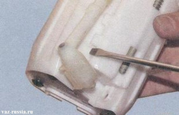 Поддевание с помощью отвёртки сливной трубки и её отсоединение