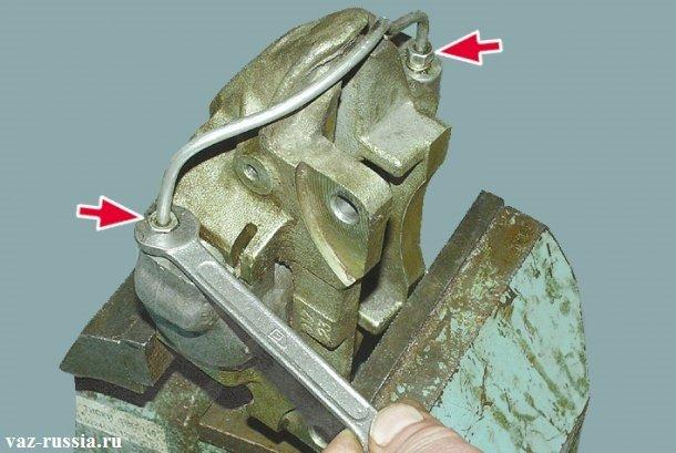 Отворачивание двух гаек крепящих соединительную трубку к обоим рабочим цилиндрам