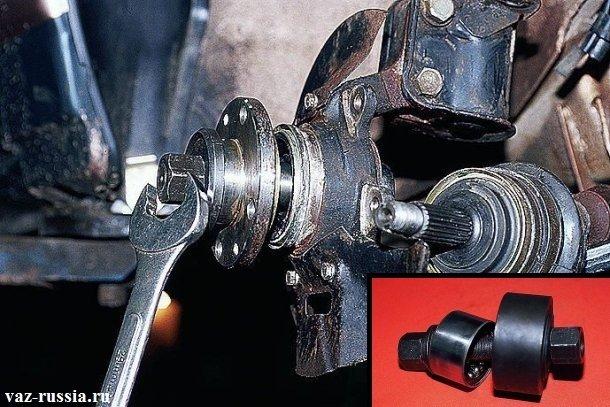 На маленьком фото изображён съёмник благодаря которого можно установить и снять переднюю ступицу с поворотного кулака, а на основном рисунке показано как при помощи съёмника нужно устанавливать ступицу на своё место