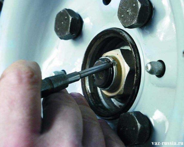 Распрямление буртика ступичной гайки для того чтобы её можно было отвернуть