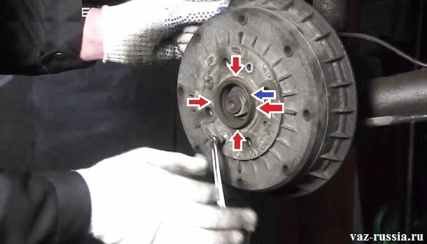 Красными стрелками показан стык где барабан соединяется со ступицей колеса, а синей стрелкой указана сама ступица которая ещё выпирает