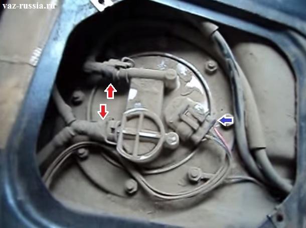 Красными стрелками указаны топливные трубки, а одной синей колодка проводов которую в первую очередь необходимо отсоединить нажав на фиксатор на ней который её крепит