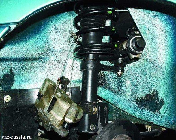 Подвешенный тормозной суппорт за пружину стойки
