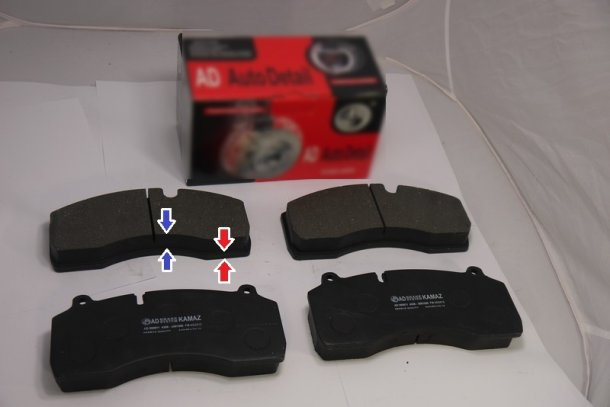 Красными стрелками указано основание тормозных колодок его ещё называют корпусом, а двумя синими указана фрикционная накладка которая совмещена с корпусом колодки