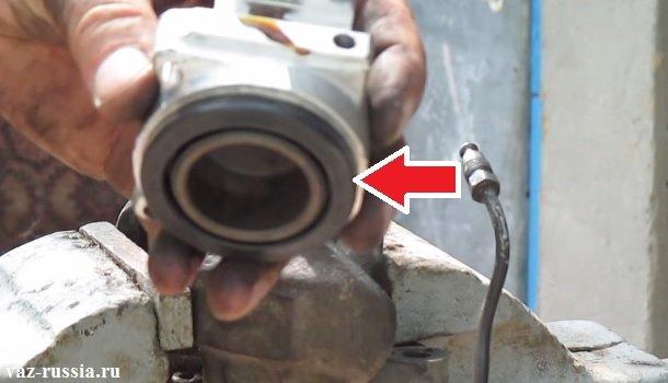 Стрелкой указано уплотнительное кольцо поршня автомобиля ВАЗ 2106