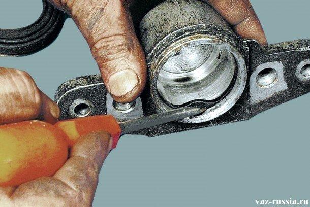 Извлечение при помощи отвёртки уплотнительного кольца из внутренней части тормозного цилиндра