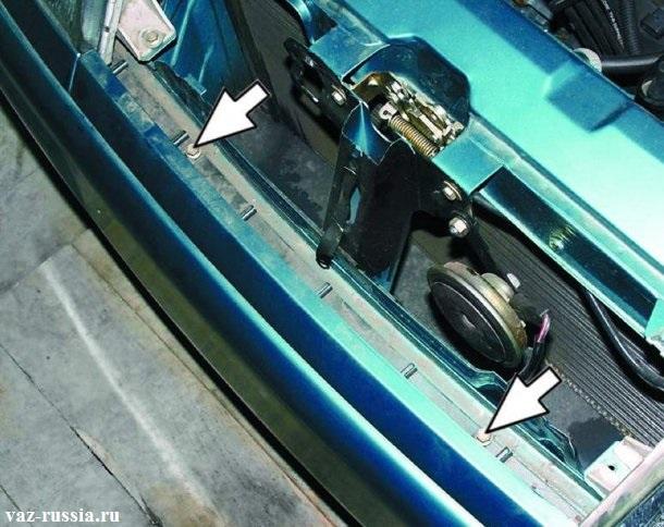 Стрелками указаны болты крепящие сверху передний бампер