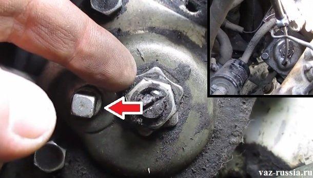 Стрелкой указана пробка отвернув которую вы сможете добраться до трансмиссионного масла которое находится у вас в картере рулевого механизма