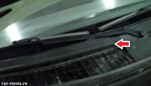 Стрелкой указана верхняя уплотнительная прокладка которую нужно будет снять