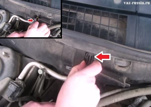 Снятие заглушки салонного фильтра, посредством зажимания двух верхних защёлок которые её крепят