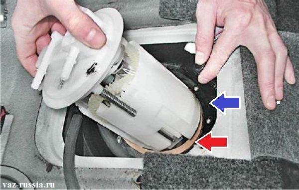 Вынимание целиком насоса совместно с установленным на нём датчиком уровня топлива из бака