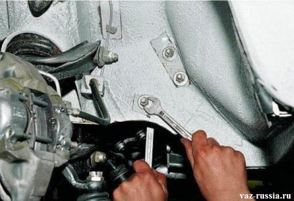Выворачивание трёх гаек которые крепят рулевой редуктор к лонжерону автомобиля