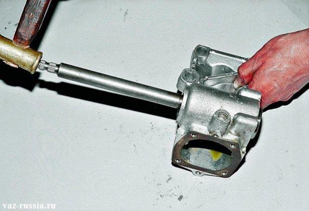 Выбивание червячного вала при помощи молотка из мягкого металла из картера редуктора