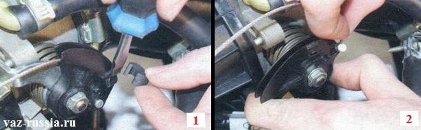 Поддевание отвёрткой предохранительной скобы и её снятие и после этого снятие наконечника троса с сектора дроссельного узла