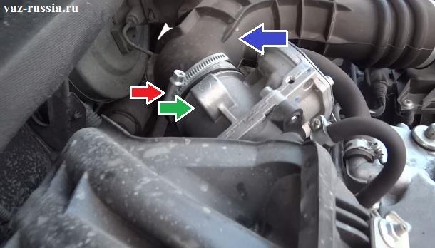 Ослабление стягивающего хомута который крепит основной воздухоподводящий патрубок к узлу дросселя и отсоединение троса от самого узла