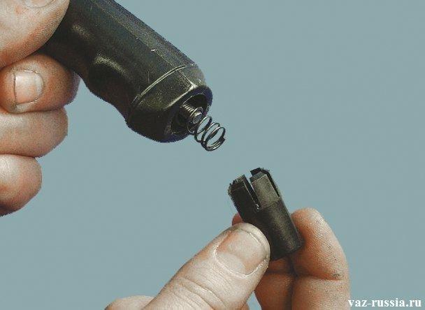 Кнопка ручного тормоза и пружинка этой кнопки