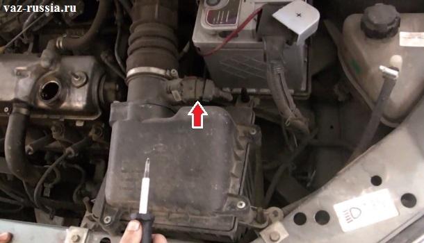 Стрелкой указана колодка проводов которая подсоединена на фото к датчику