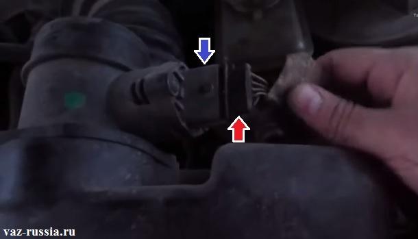 Отсоединение колодки проводов от корпуса датчика