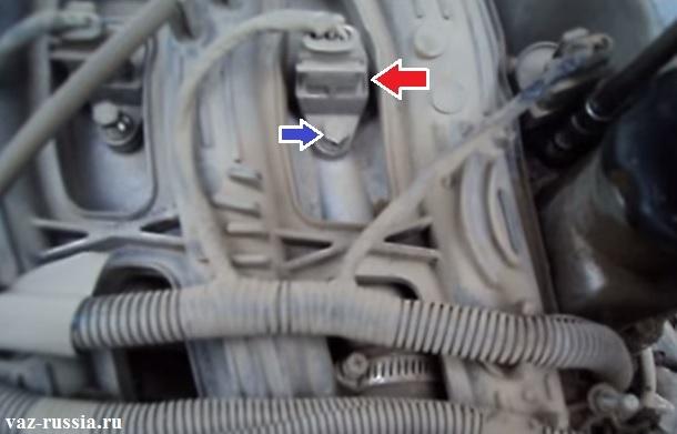 Синей стрелкой показан болтик крепления одного из четырёх модулей зажигания, а красной стрелкой указана колодка которую нужно будет отсоединить от модуля, нажав для этого на фиксатор который на ней находится