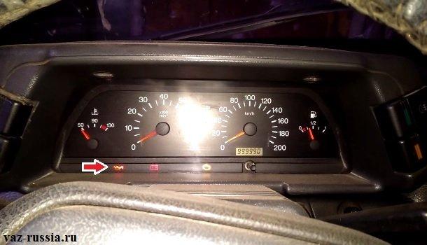 Стрелка указывает на лампочку аварийного давления масла, данный индикатор во всех автомобилях ВАЗ выглядит одинаково, поэтому вы его не с чем не спутаете