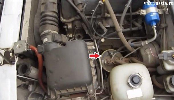 Стрелкой указано местоположение адсорбера в автомобиле ВАЗ 2107