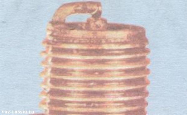 Мостик образовавшийся между обоими электродами свечи