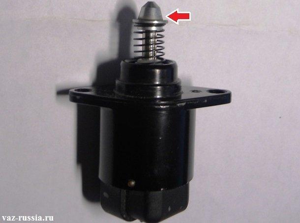 Стрелкой показан наконечник датчика который и нужно будет вам очистить от грязи, при очистки будьте аккуратны во внутрь датчика не попадите жидкостью