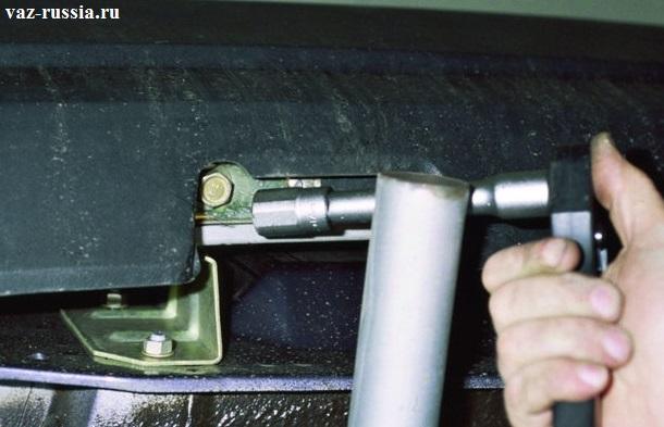 Выворачивание при помощи воротка и накидной на него головки, нижнего болта крепления бампера к кронштейну