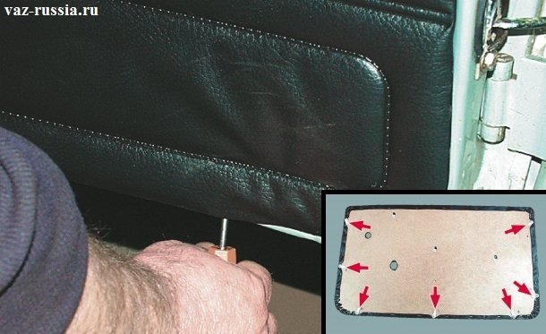 Поддевание с помощью отвёртки обшивку двери и снятие её после этого с автомобиля