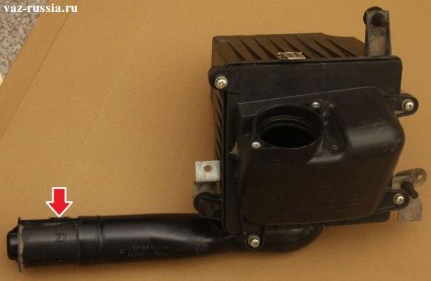 Стрелкой указан патрубок который забирает воздух из окружающей среды и после чего подаёт его в двигатель автомобиля