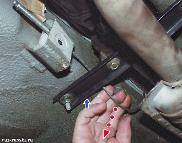 Выведение переднего троса из кронштейна и промежуточной опоры
