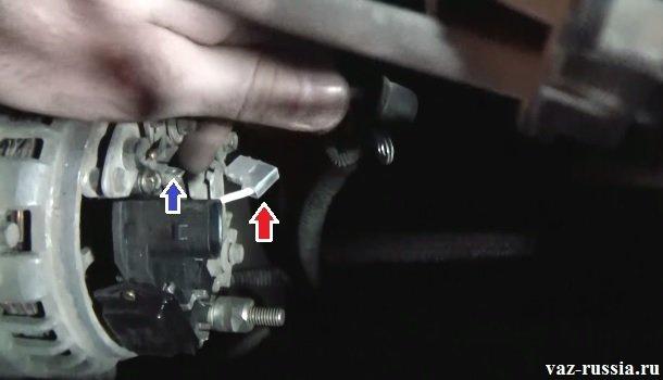 Отсоединённый провод идущий от регулятора и подсоединённый к выводу диодного моста