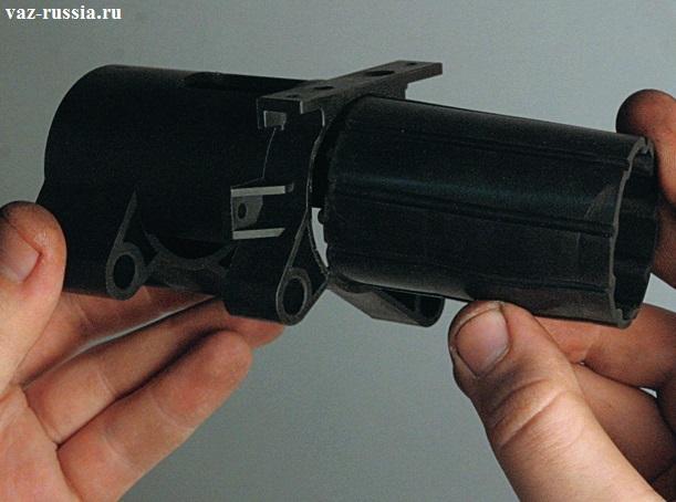 Вынимание резиновой втулки из корпуса и её осмотр, по необходимости её замена