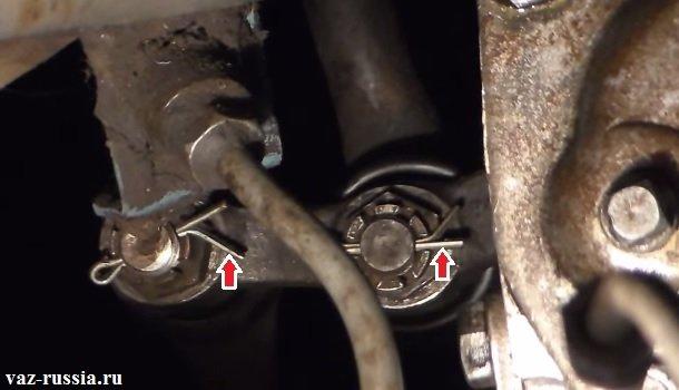 Стрелками указаны шплинты гаек рулевых тяг которые очень легко вынимаются при помощи пассатижей