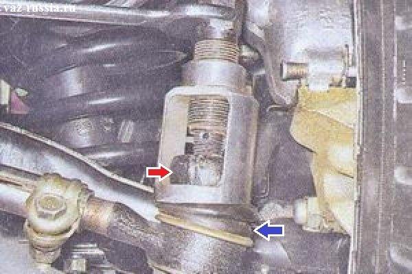 Выпрессовывание с помощью специального съёмника пальца рулевой тяги из сошки