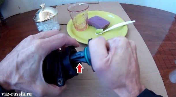 Вынимание датчика из корпуса, а стрелкой указана спираль которая подогревает датчик для того чтобы показания были более точнее