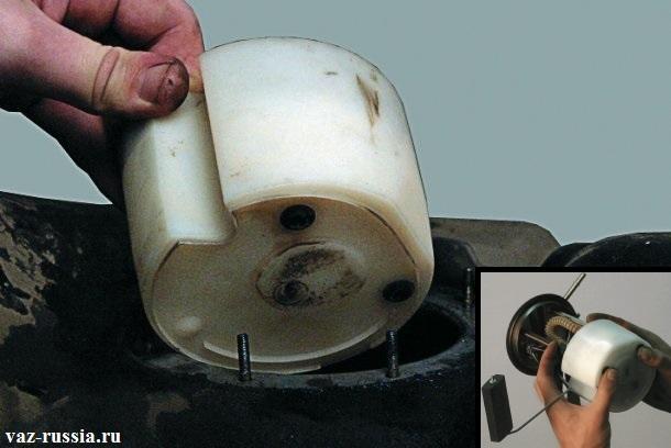 Доставание стакана-накопителя из бака и его установка на насос