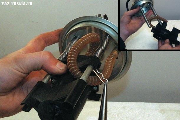 При помощи плоскогубец вынимание стопорного шплинта и снятие корпуса электродвигателя насоса с направляющих