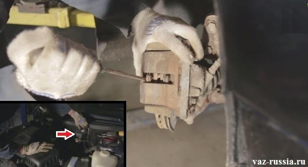 Отгибание колодок при помощи отвёртки и бачок с жидкость для тормозов