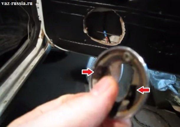 Стрелками указаны фиксаторы которые крепят облицовку к двери автомобиля